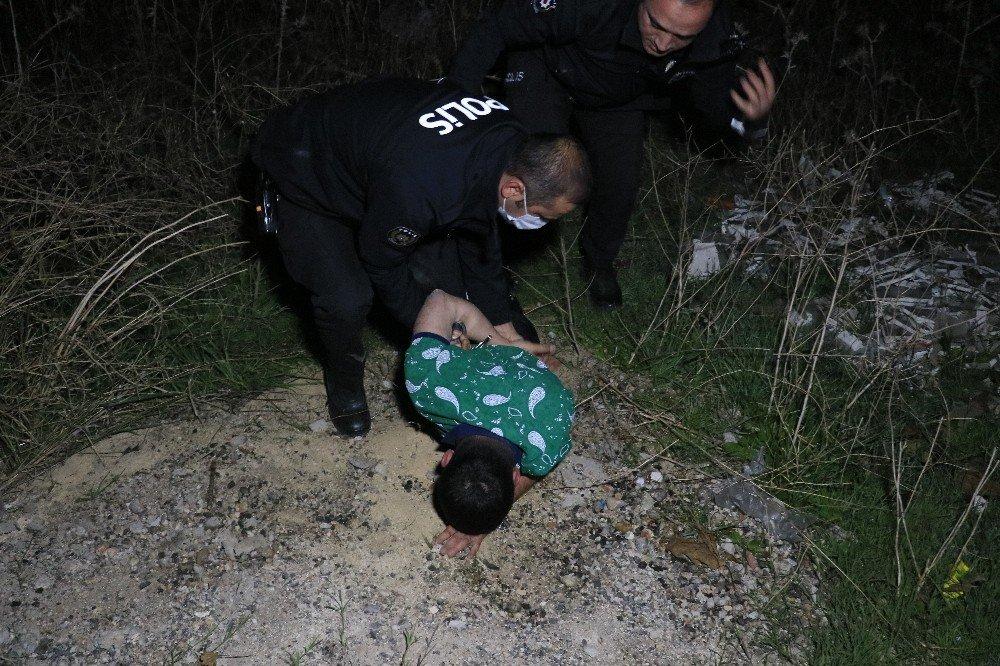 Dur İhtarına Uymadılar, Polisten Kaçarken Yolun Bittiğini Görmeyip Otomobille Tarlaya Düştüler