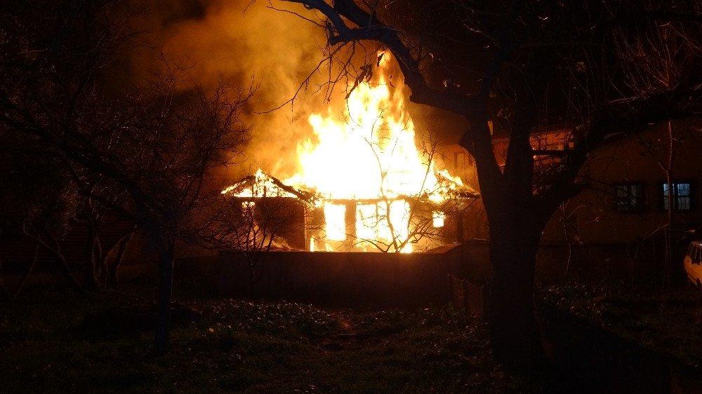 2 Katlı Metruk Binada Korkutan Yangın