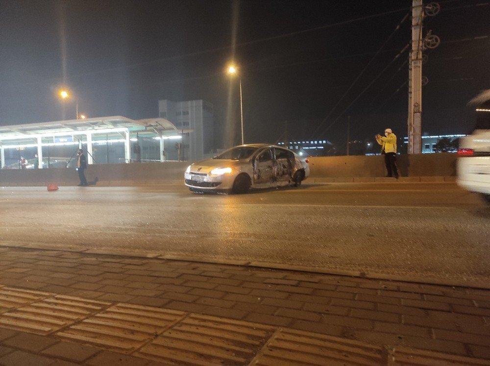 Bursa'da Makas Atan Otomobil Metro İstasyonuna Çarptı