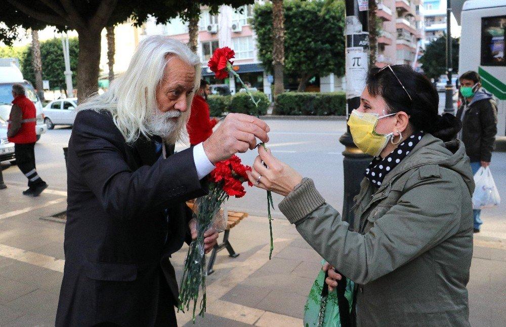 Kadınlara Çiçek Verip Özür Dileyen Adam Ağlattı