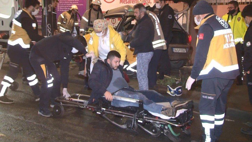 Eyüpsultan'da Kontrolden Çıkan Otomobil Reklam Panolarına Çarparak Durdu: 2 Yaralı