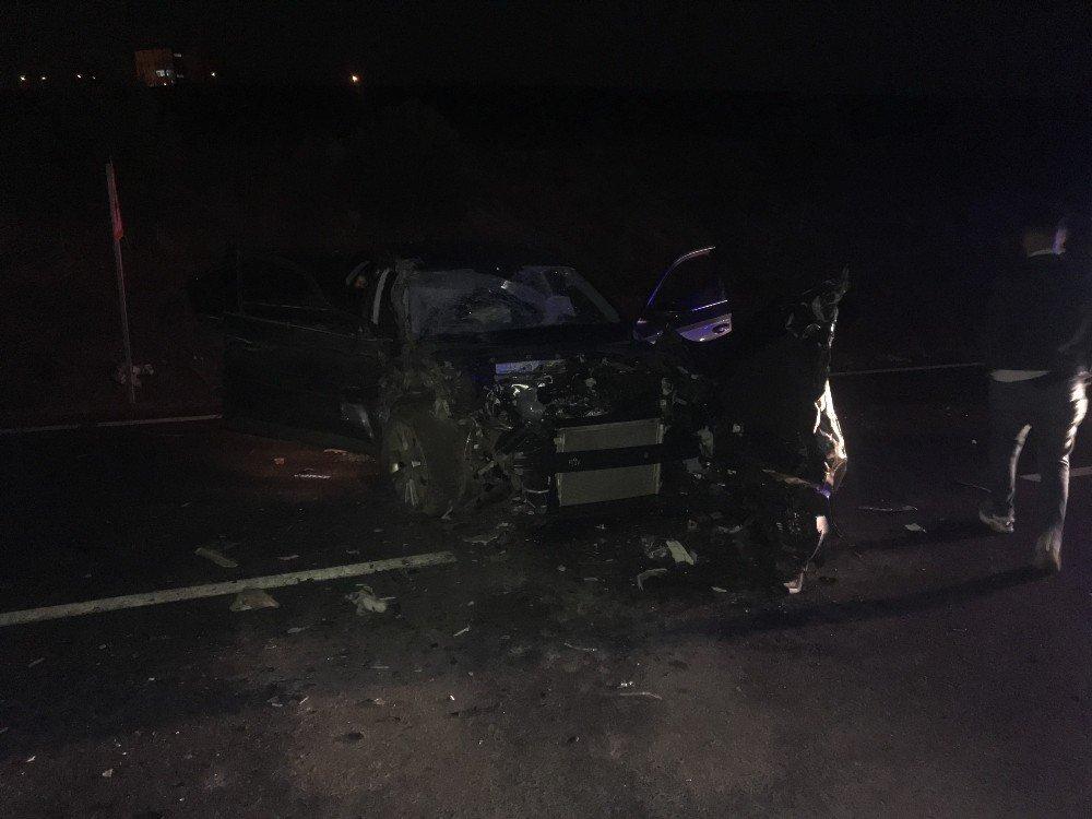 Ters Yöne Giren Otomobil İle Servis Midibüsü Çarpıştı: 4 Yaralı
