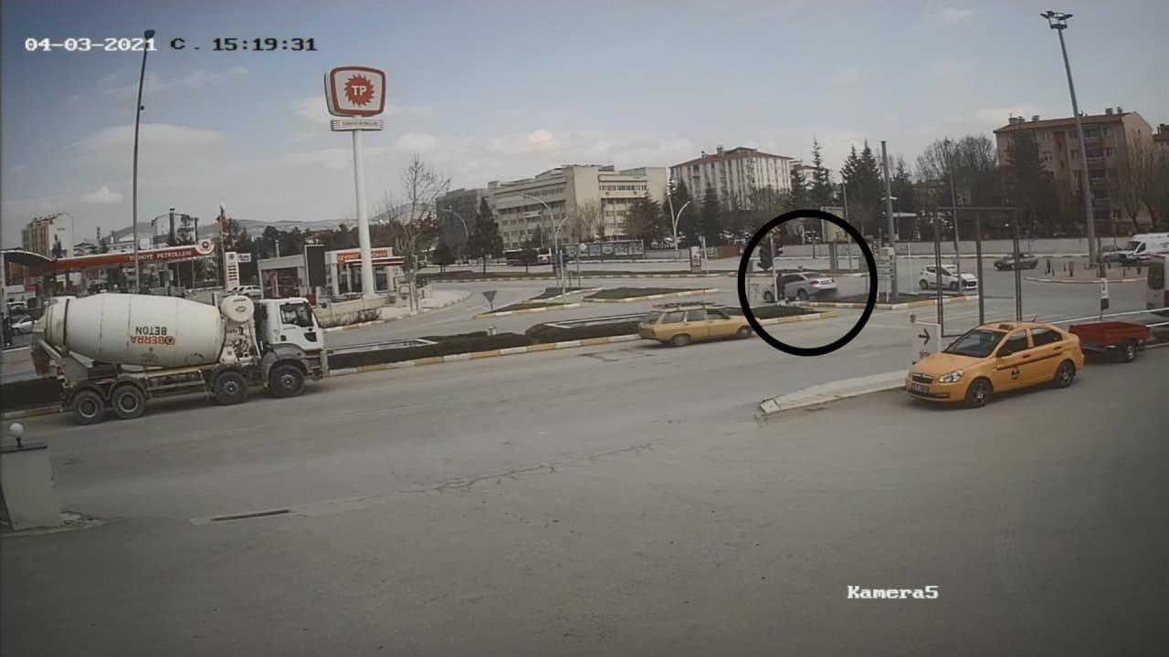 Ecel Yaya Geçidinde Yakaladı, Kaza Anı Saniye Saniye Kameraya Yansıdı