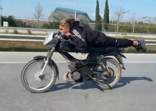 Motosiklete Yüzüstü Yatıp Akrobasi Yaptılar, Polisi Görünce Yaya Olarak Kaçtılar