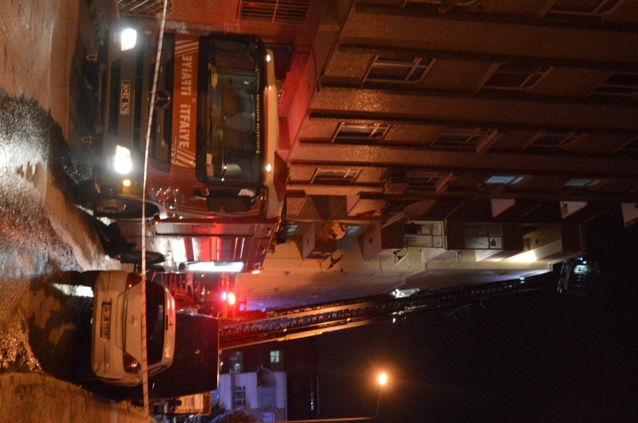 Mangal Keyfi Kötü Bitti...çatı Katında Çıkan Yangın Geceyi Aydınlattı