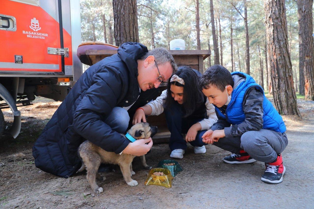 Başkan Kartoğlu, İki Yavru Sokak Köpeğini Sahiplendi