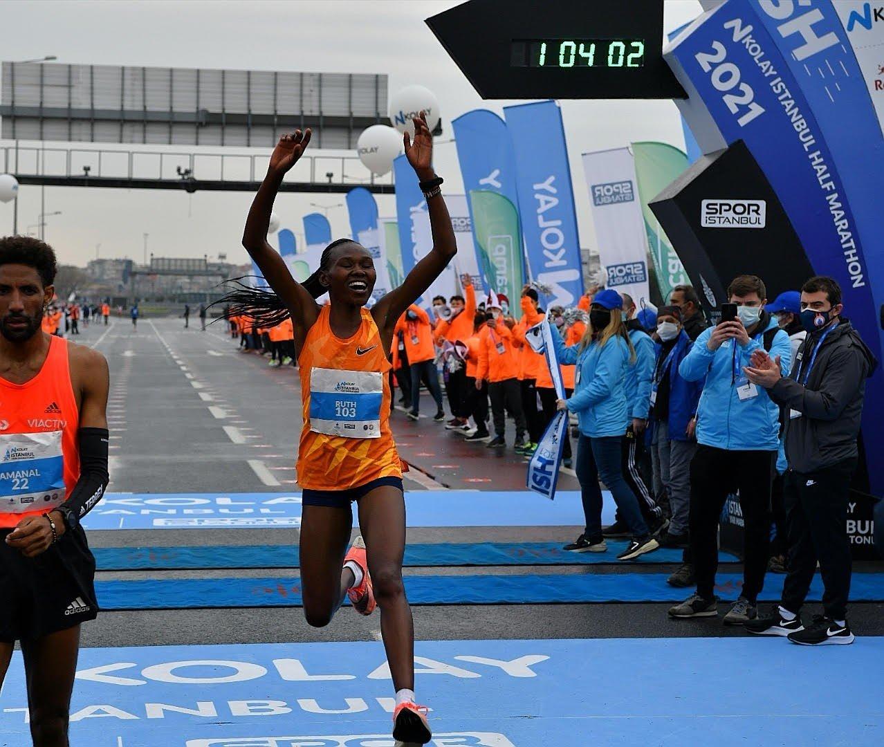İ̇stanbul Yarı Maratonu'nda Kenyalı Atlet Ruth Chepngetich, Dünya Rekoru Kırarak Şampiyon Oldu
