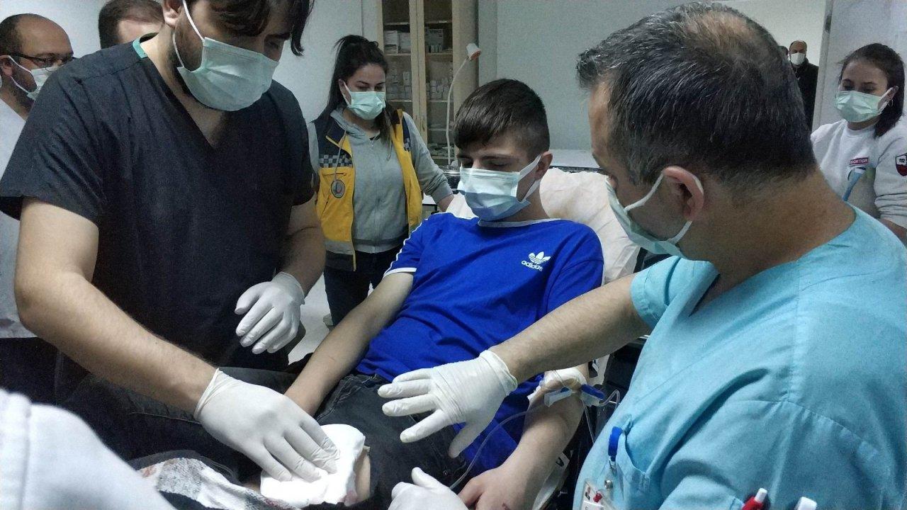 Parkta Bıçaklı Saldırıya Uğrayan 17 Yaşındaki Genç Hastanelik Oldu
