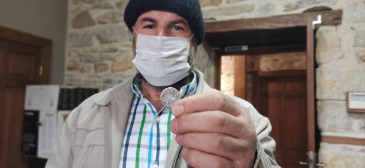 Tarla Sürerken Bulduğu Sikke Ve Sadaka Taşını Müzeye Bağışladı
