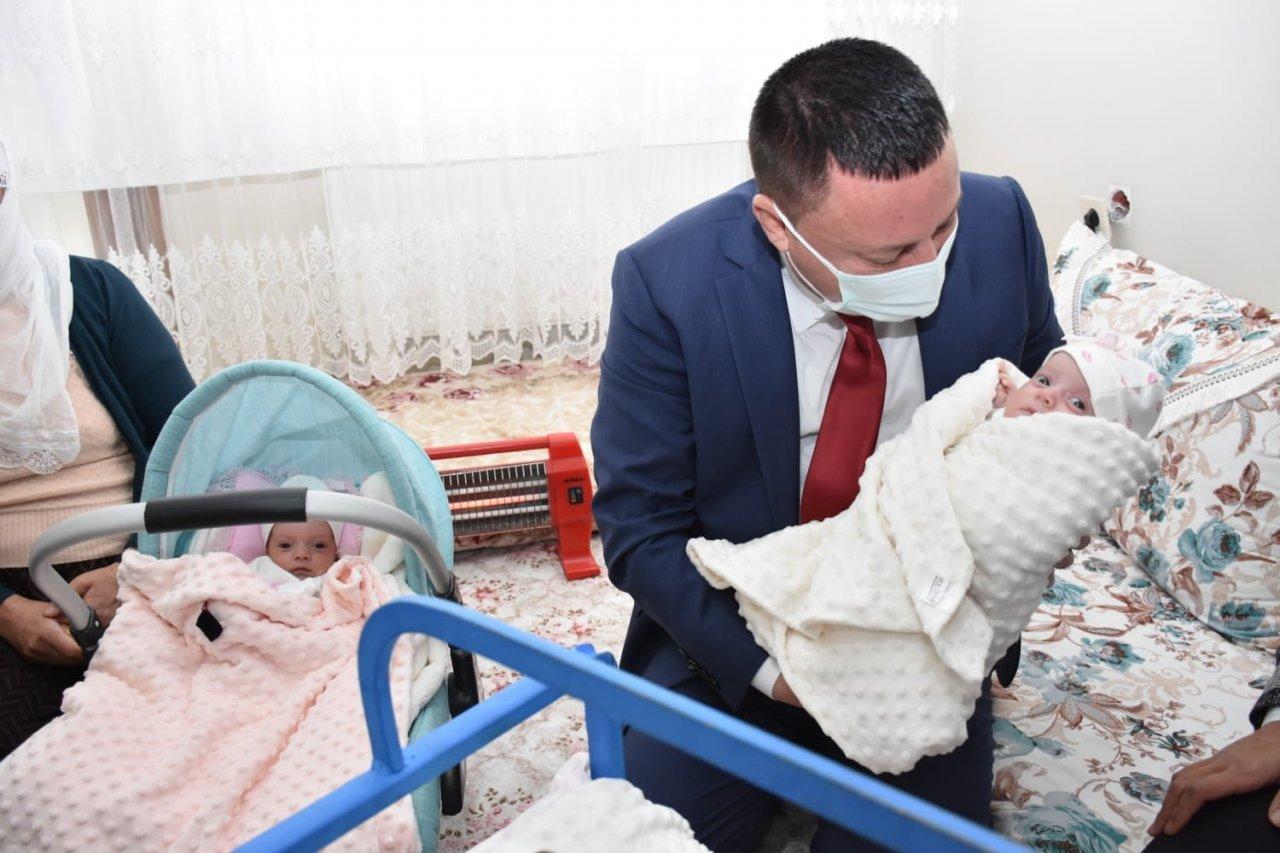Başkan Beyoğlu, Üçüz Bebekleri Olan Aileyi Ziyaret Etti