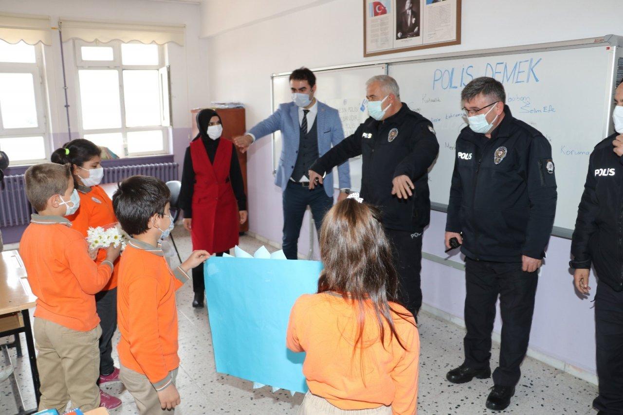 İ̇hbara Giden Polislere Öğrencilerden Sürpriz