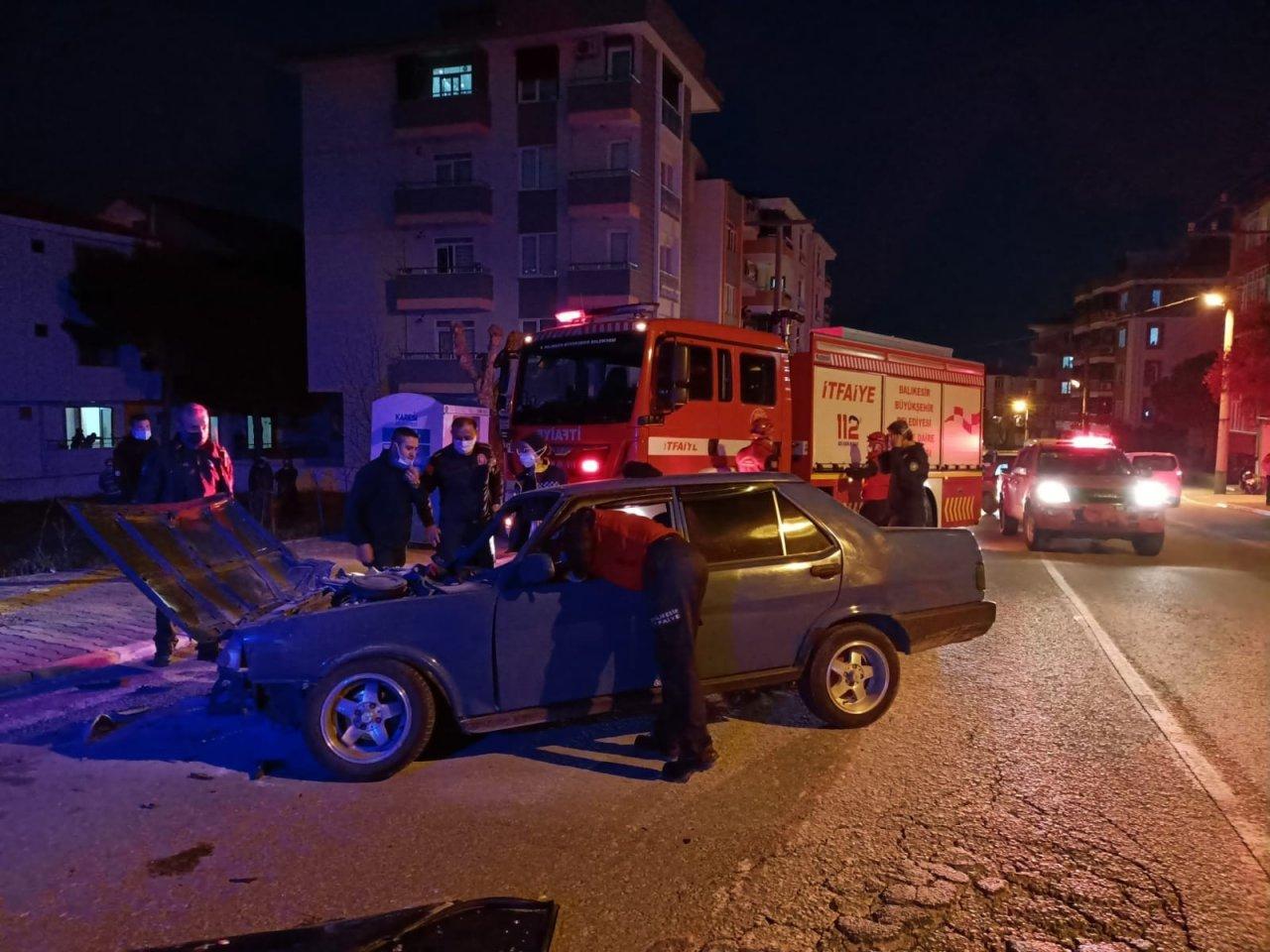 Kaza Yapan Araç Alev Aldı, Sürücünün İmdadına Polis Yetişti