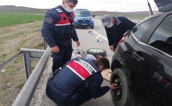 Otomobillerinin Lastiği Patlayan Yaşlı Çifte Jandarmadan Yardım Eli