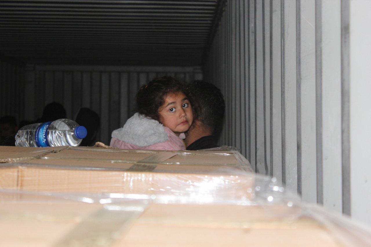 İ̇zmir'de Bisküvi Taşıyan Konteyner İçerisinde Çok Sayıda Kaçak Göçmen Yakalandı