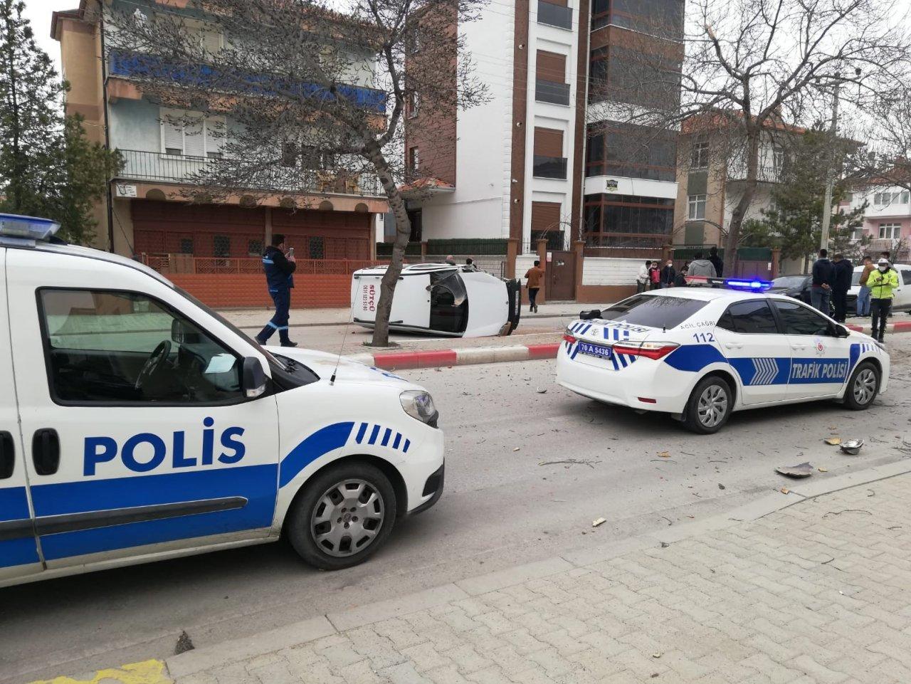 Karaman'da Ağaca Çarptıktan Sonra Tekeri Kopan Hafif Ticari Araç Yan Yattı