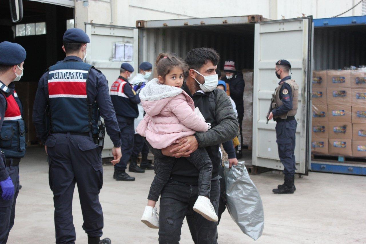 İ̇zmir'de Konteyner İçinde Yakalanan 91 Düzensiz Göçmen Karakola Götürüldü