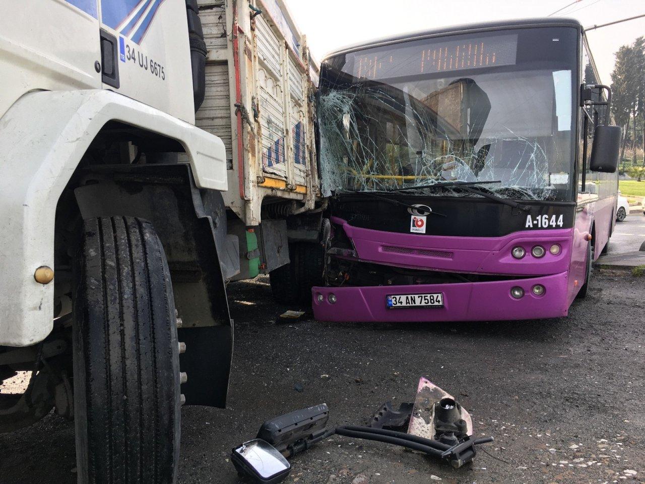 Küçükçekmece'de Otobüs İle Kamyon Birbirine Girdi