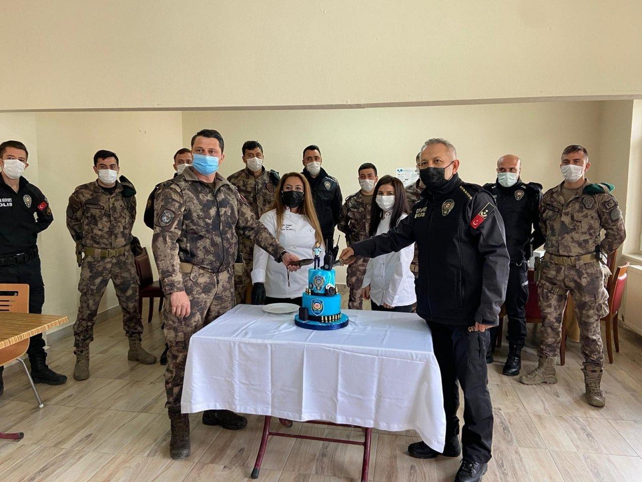 Afyonkarahisar'da Polislere Pasta Sürprizi