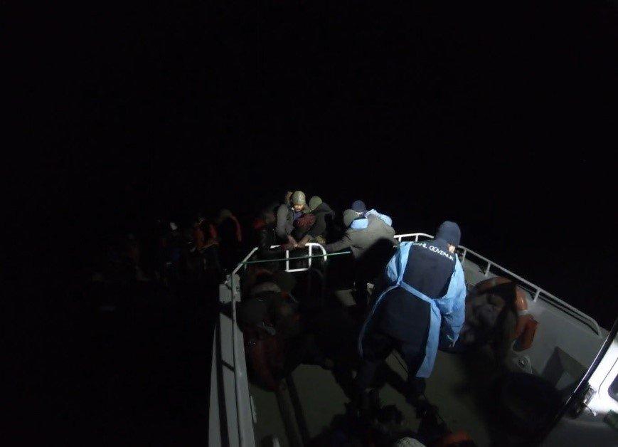 Ayvalık'ta Türk Kara Sularına İtilen 38 Düzensiz Göçmen Kurtarıldı