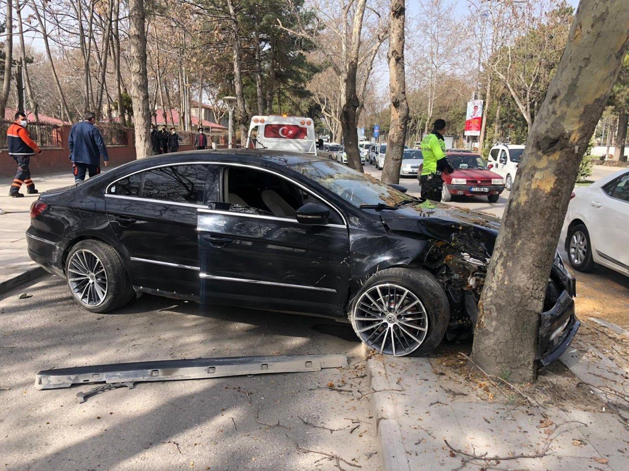 Otomobil Ağacı Çarptı:1 Yaralı