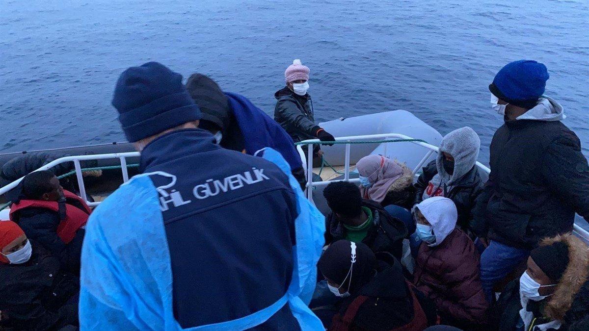 Ayvalık'ta Türk Kara Sularına İtilen 30 Afrikalı Mülteci Kurtarıldı
