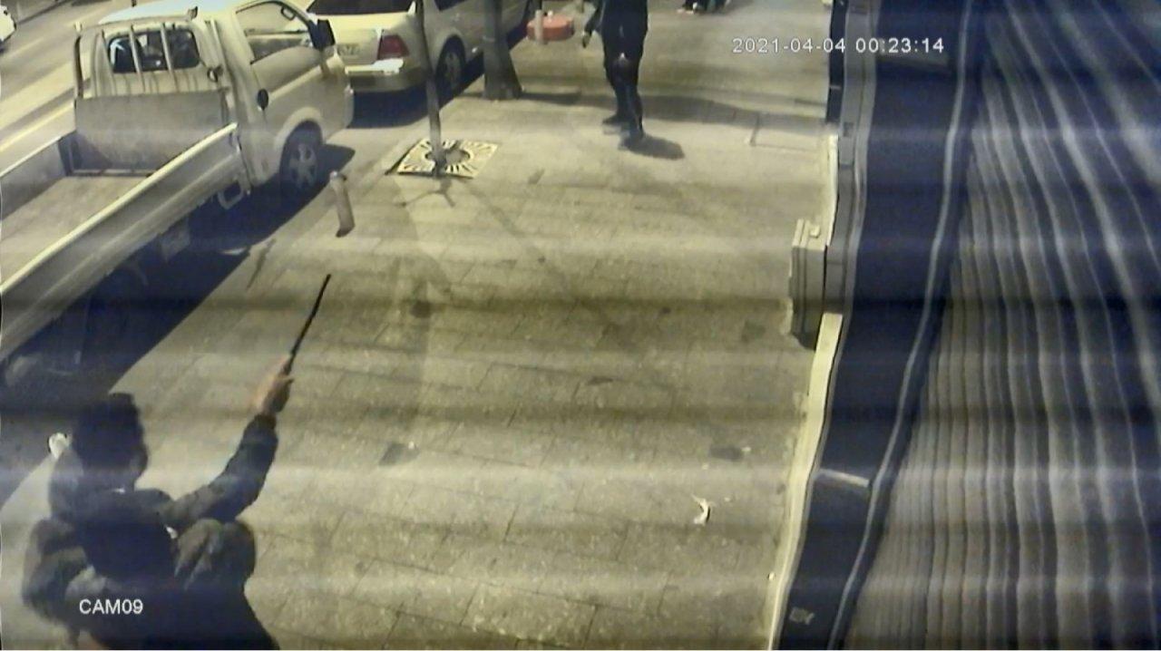 İ̇stanbul'da Dehşet Anları: Döner Bıçağıyla Saldıran Genci Tabancayla Vurdu