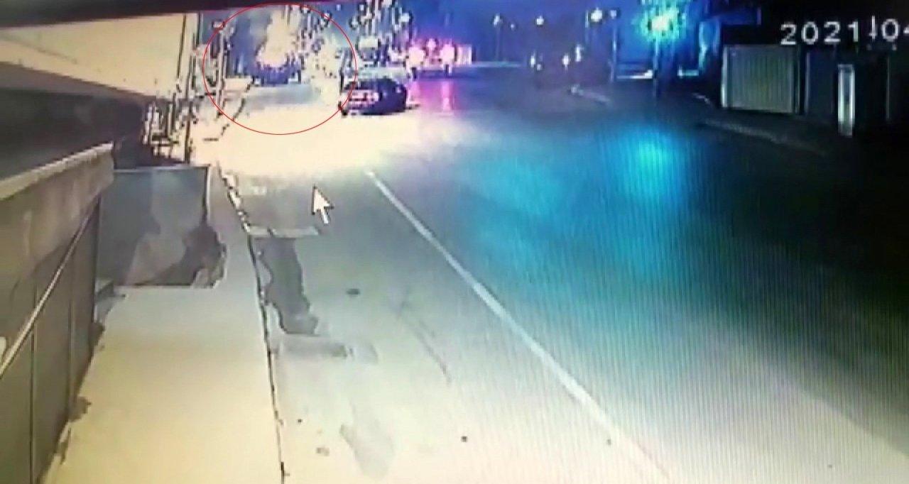 Pendik'te Alev Topuna Dönen Araç Yangınının Görüntüleri Güvenlik Kameralarına Yansıdı
