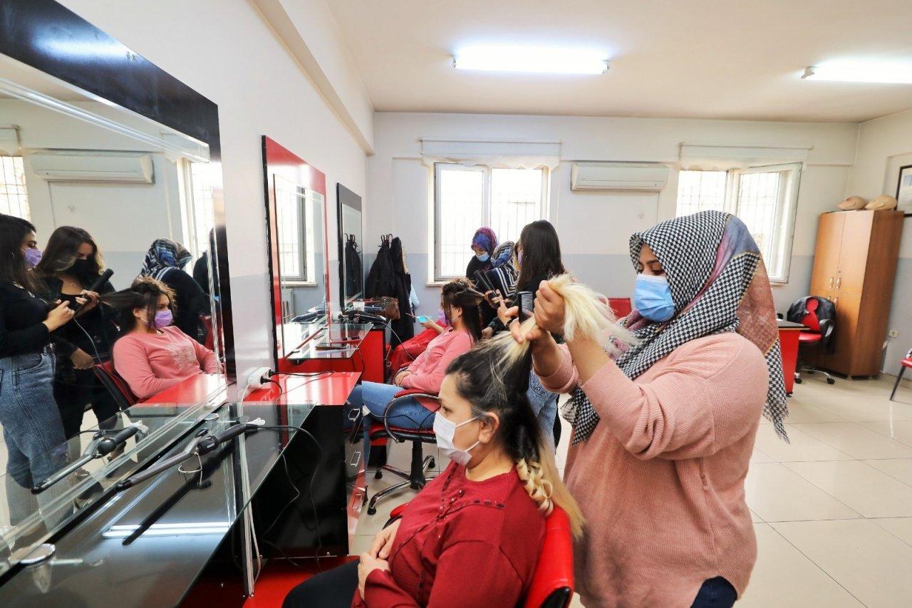 Ev Kadınları İle Genç Kızlar Meslek Sahibi Oluyor