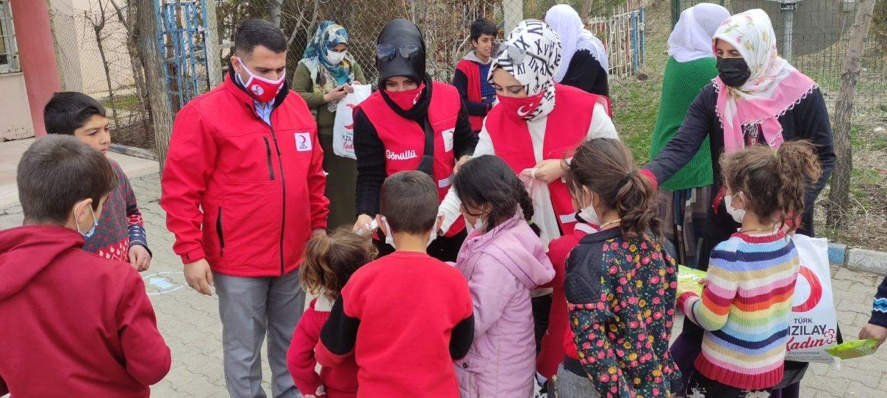 Türk Kızılay'ı Bayrampaşa Kadın Kolları'ndan Van'a Isıtan Ziyaret