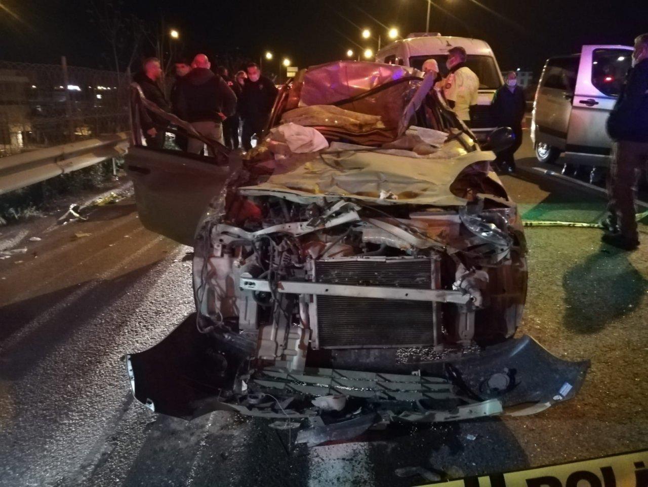 İ̇zmir'de Otomobil Tıra Arkadan Çarptı: 1 Ölü, 1 Yaralı
